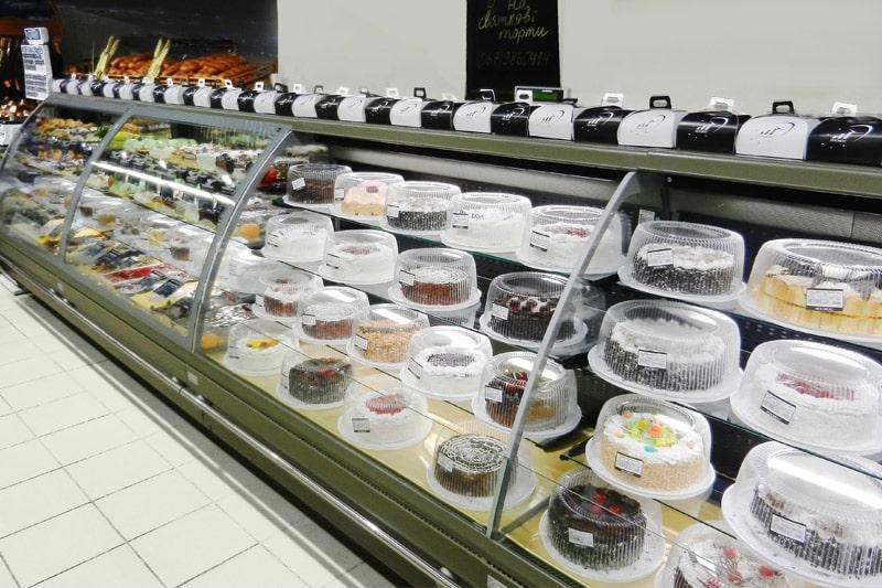 Как выглядит кдитерская упаковка для тортов на ветрине украинских супермаркетов
