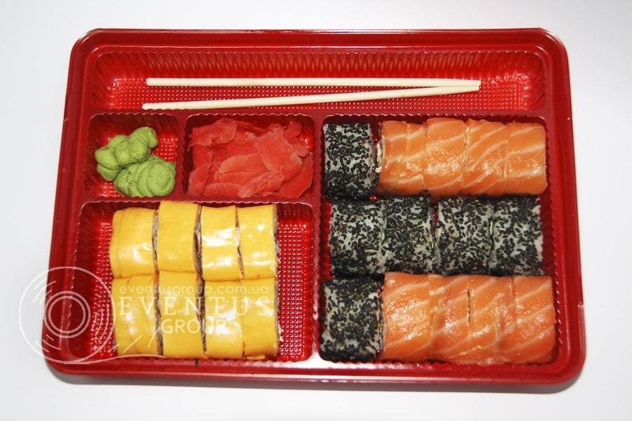 Упаковка для суши-сетов на с отделениями для имбиря, васаби и палочек